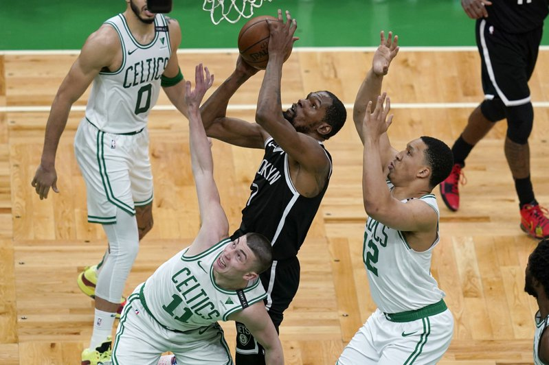 杜蘭特(持球者)高效率攻下42分,成為籃網隊史首位在季後賽連兩戰至少拿到35分的球員。 美聯社