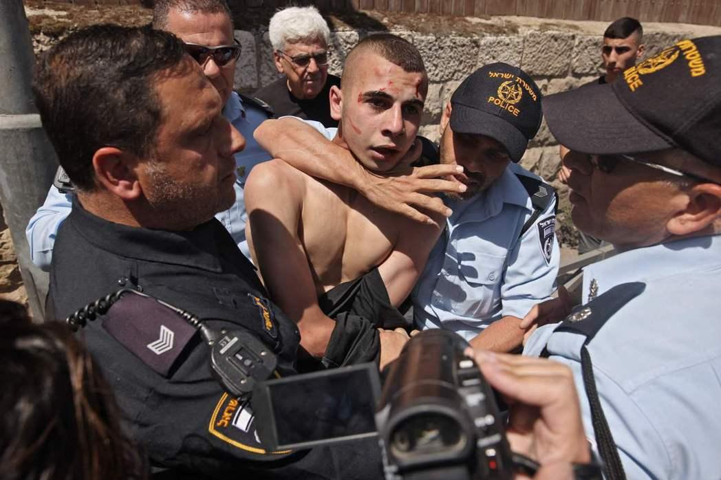 以色列對巴勒斯坦人的大規模補抓入獄,強力控制了一度燎原的全國性種族暴動。 圖/法...