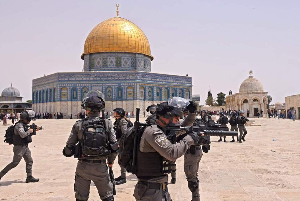 騰出手來的以色列軍警,也趁隙擴大鎮壓以色列境內的猶太-阿拉伯社區衝突。 圖/法新...