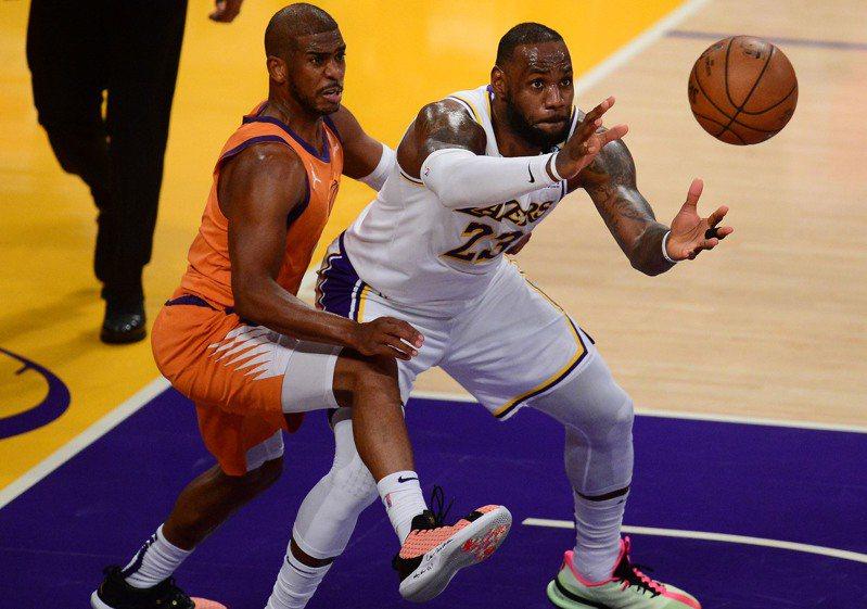 詹姆斯(右)和保羅(左)老當益壯,創下NBA史上首度有兩名35歲以上的球員在同場比賽中得分和助攻均領先各自球隊。 路透
