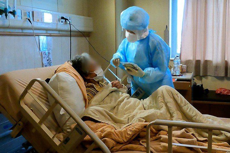 兒子擔心自己撐不過這關,叮囑老母親「以後要聽醫護的話,人家說什麼都要做,要好好照...
