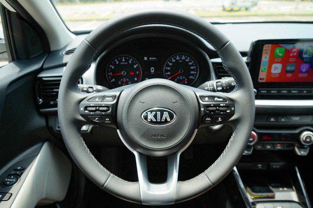 方向盤上語音控制和駕駛輔助按鈕一應具全。 記者趙駿宏/攝影