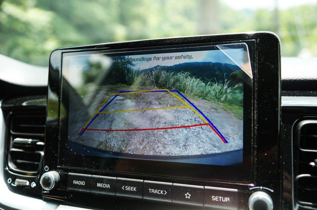 KIA Stonic全車系都標配倒車顯影系統(含轉向輔助線)。 記者趙駿宏/攝影