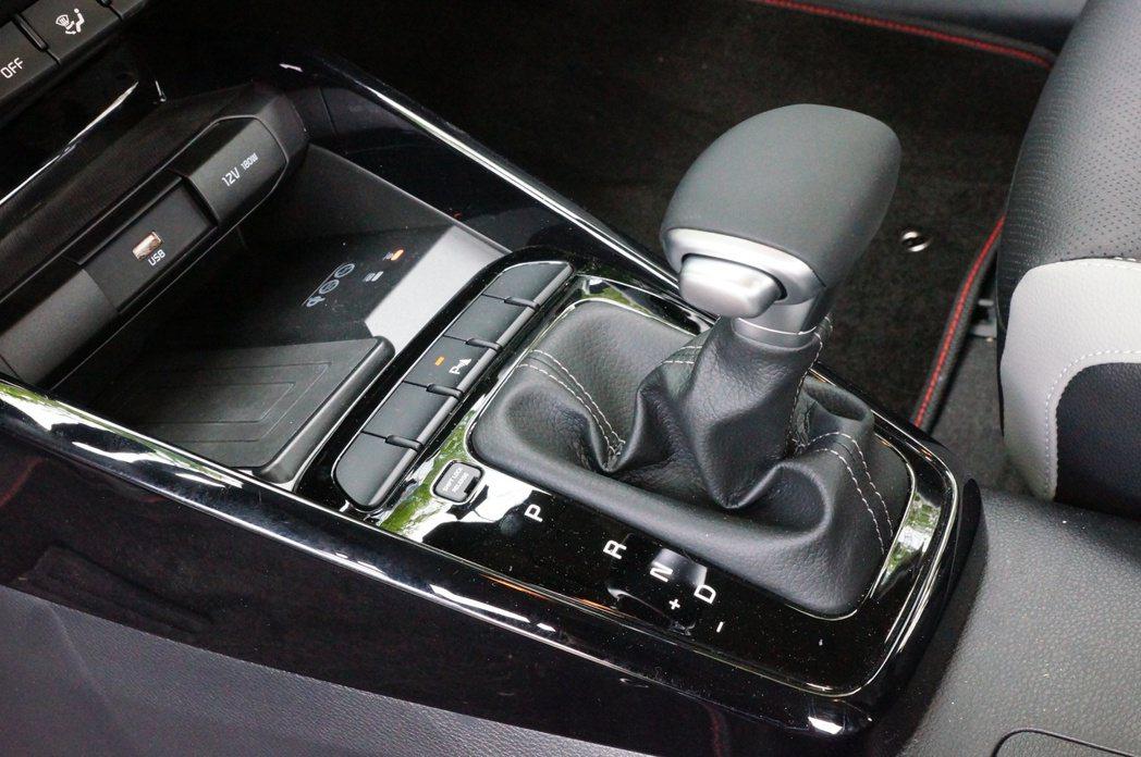 Stonic 1.4L車型配備穩定的6速手自排變速箱。 記者趙駿宏/攝影