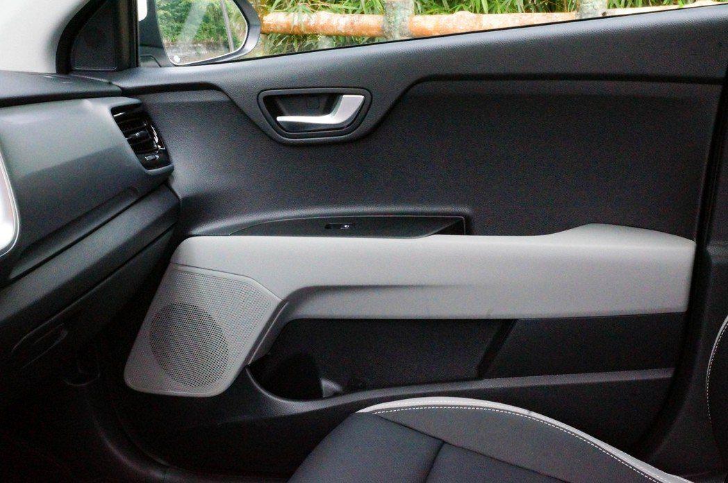內門板上也用雙色處理讓車室更顯活潑。 記者趙駿宏/攝影