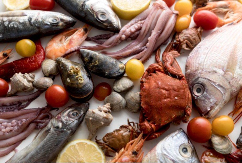 網路上生鮮青菜、雞肉、豬肉、魚,手工水餃,罐頭乾貨,五金用品等應有盡有。 圖/f...