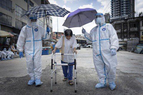 疫情之下,面臨不斷攀升的確診和死亡人數,馬來西亞首相慕尤丁於5月28日晚間,無預...