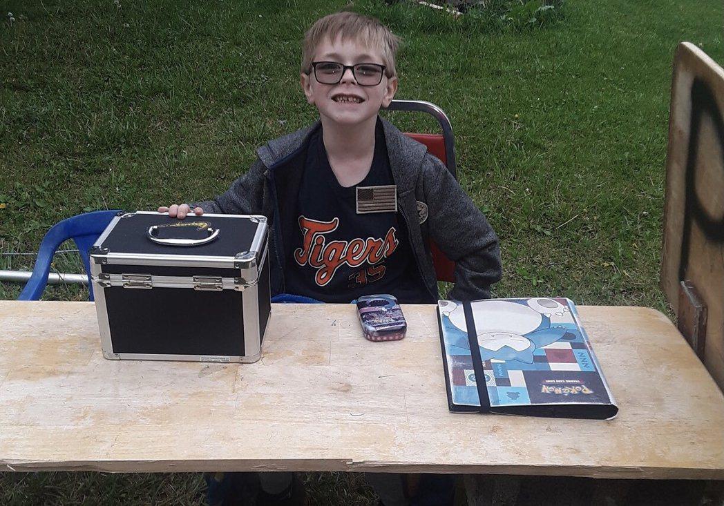 美8歲男童克萊曼賣寶可夢卡牌為愛犬募款。 取自外媒 WCYB 記者 Justin...