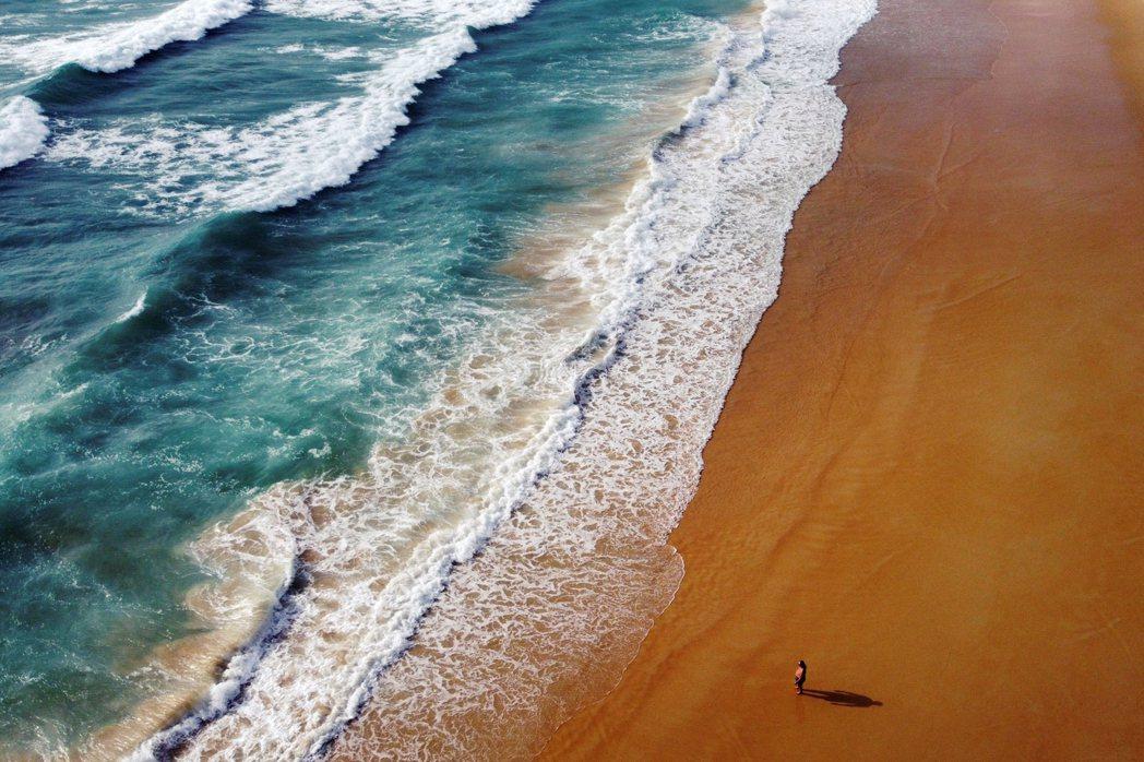疫禍觀光業完全災難的2021普吉島海灘。 圖/路透社
