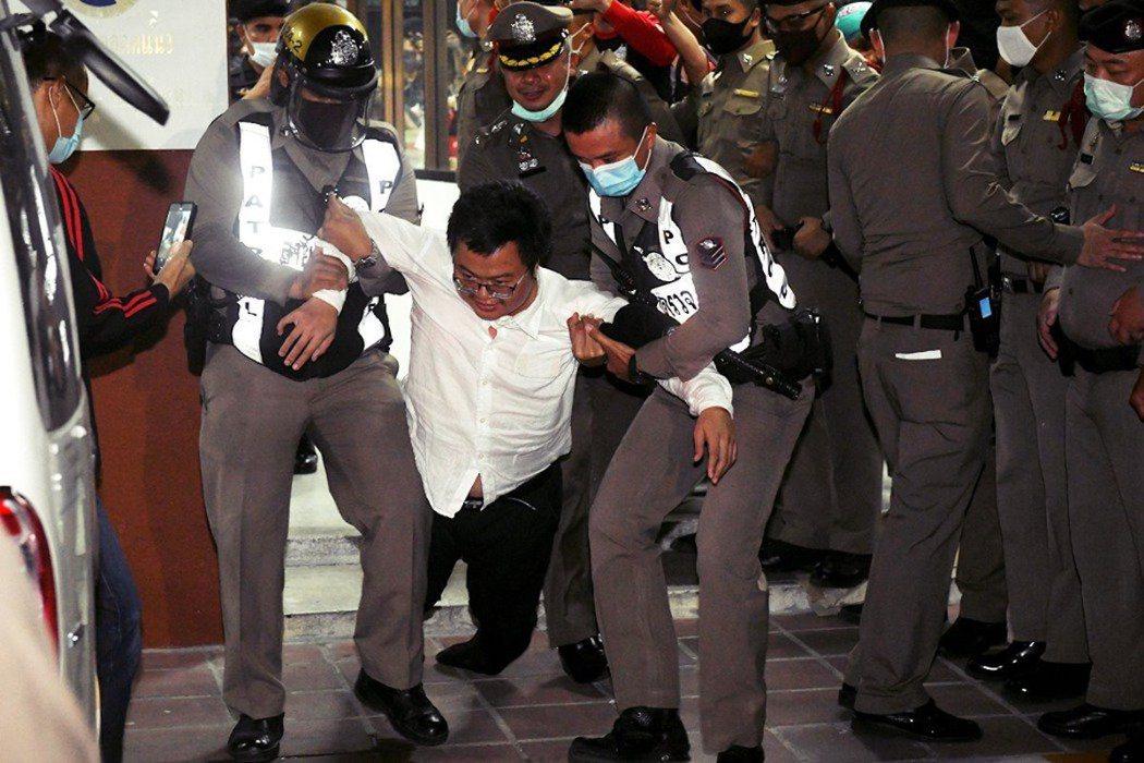 泰國學運在2020年8月迎來第一波高潮,領袖人物人權律師阿農(圖)及法政大學學生...
