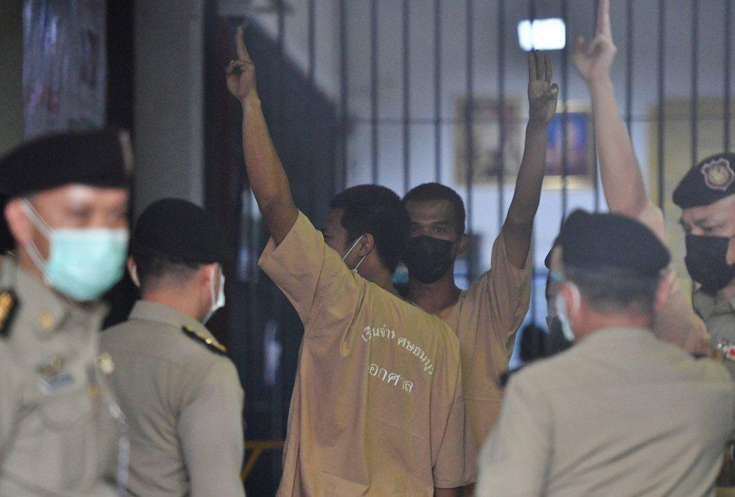法政大學學生帕努彭(圖)因曼谷特別監獄爆發武漢肺炎群聚感染,雙雙確診,被送至法政...
