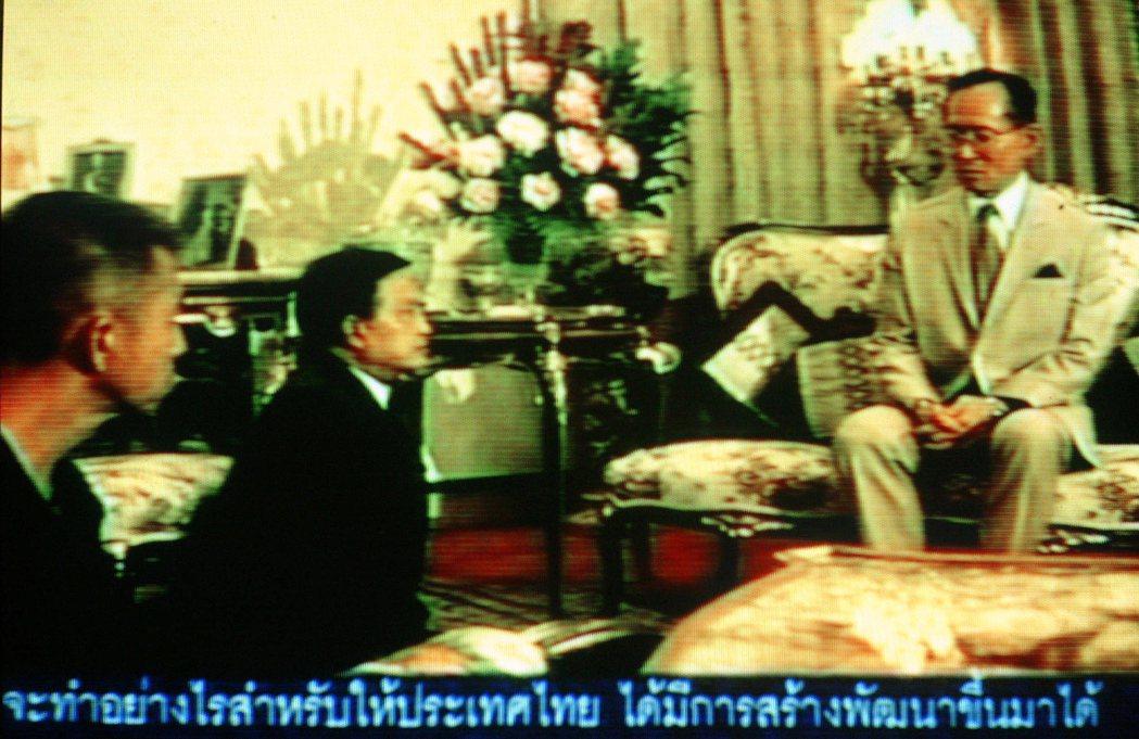 1992年,當軍方與民眾的和衝突越發激烈,當時的泰王蒲美蓬(右)召見蘇欽達(中)...