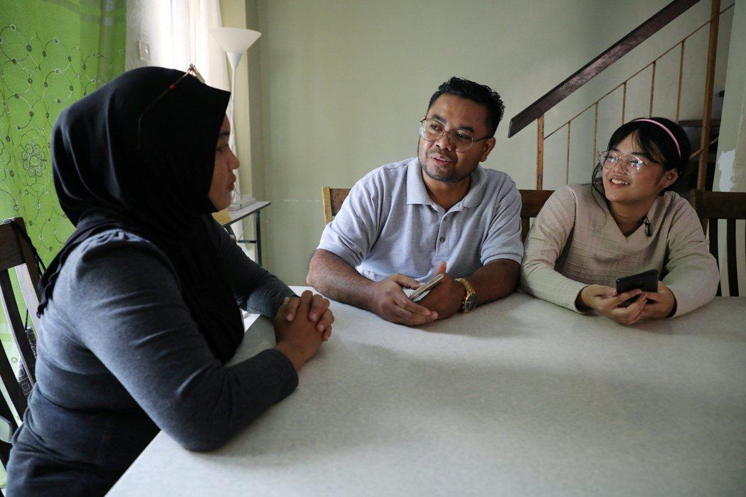 圖為艾恩與她的父母。 圖/路透社