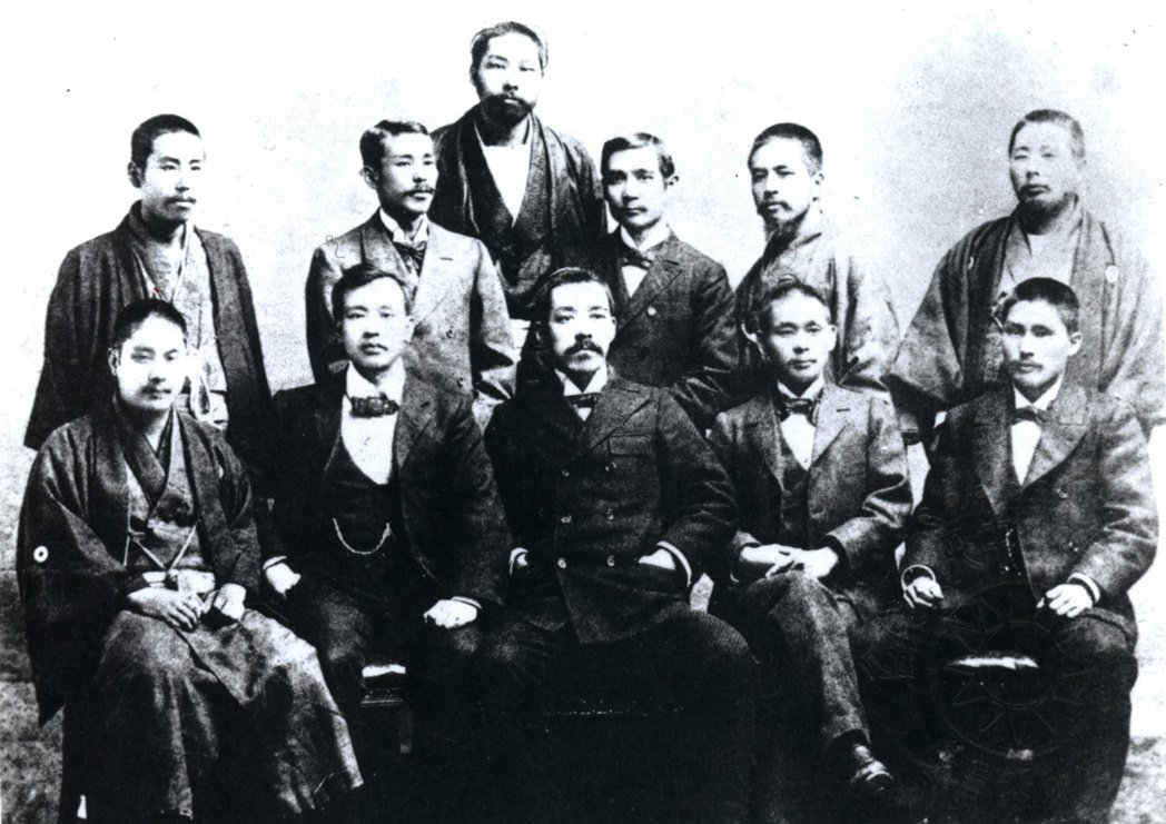 圖/報系資料圖庫:1897年孫中山與日本九州友人合影,最後方站立者即是宮崎滔天。...