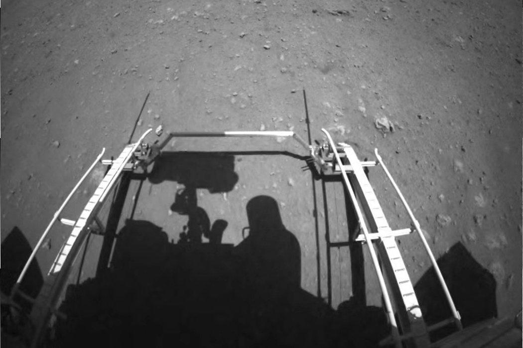 圖為今年5月20日,從天問一號探測器平安登陸火星的「祝融號」火星車所拍攝傳回地球...