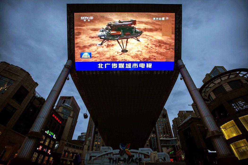 5月15日,在北京一家購物中心的大型電視牆上,中國官媒播放了成功登陸火星的新聞報...