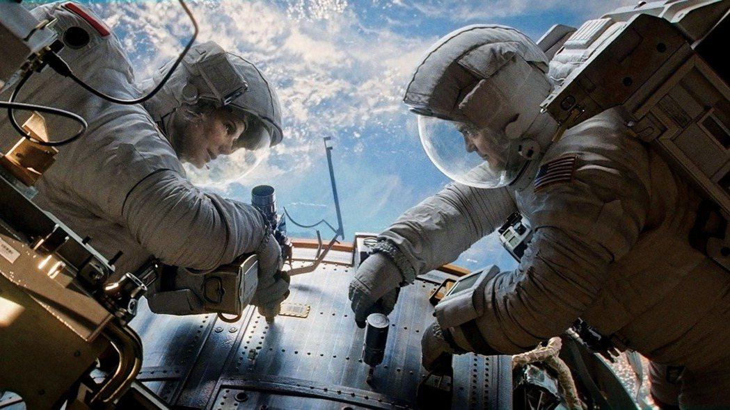 2013年由珊卓布拉克、喬治克隆尼主演的災難科幻電影《地心引力》,故事開始的場景...