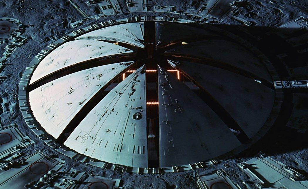 圖為電影中的月球基地克拉維斯(Clavius Base)入口。1968年上映的科...