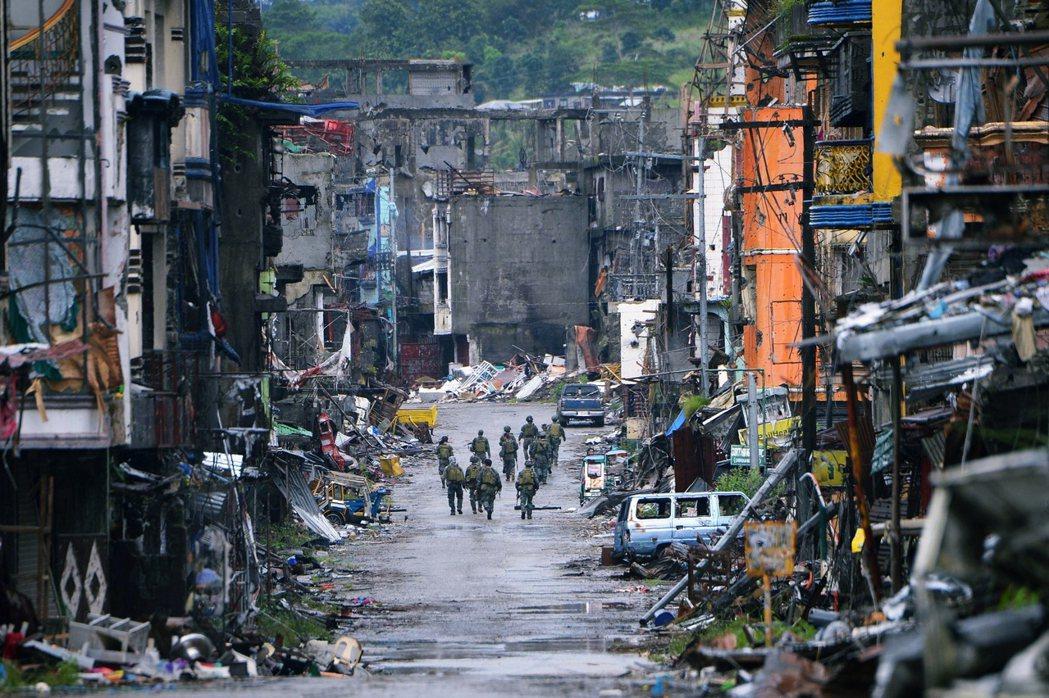 菲國政府隨後宣佈將在南部的民答那峨全區實施戒嚴,管制範圍遠超過小小的馬拉韋市,引...