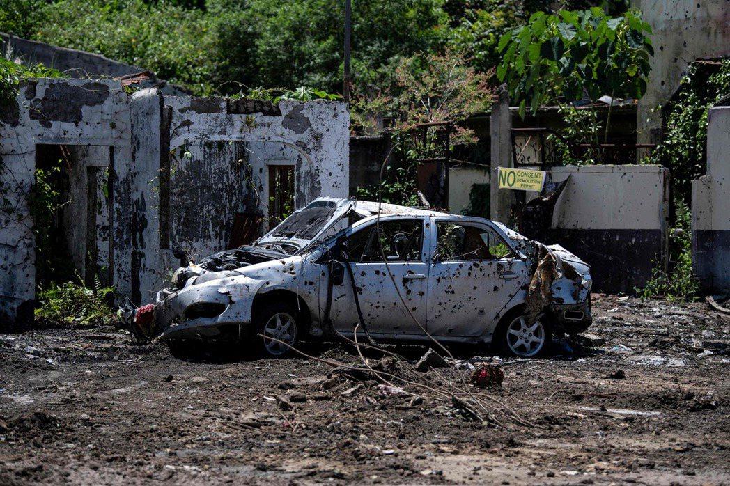 即便已經收復馬拉韋且成立了自治區,但戰後痕跡仍然存在。圖為2019年,一輛廢棄在...