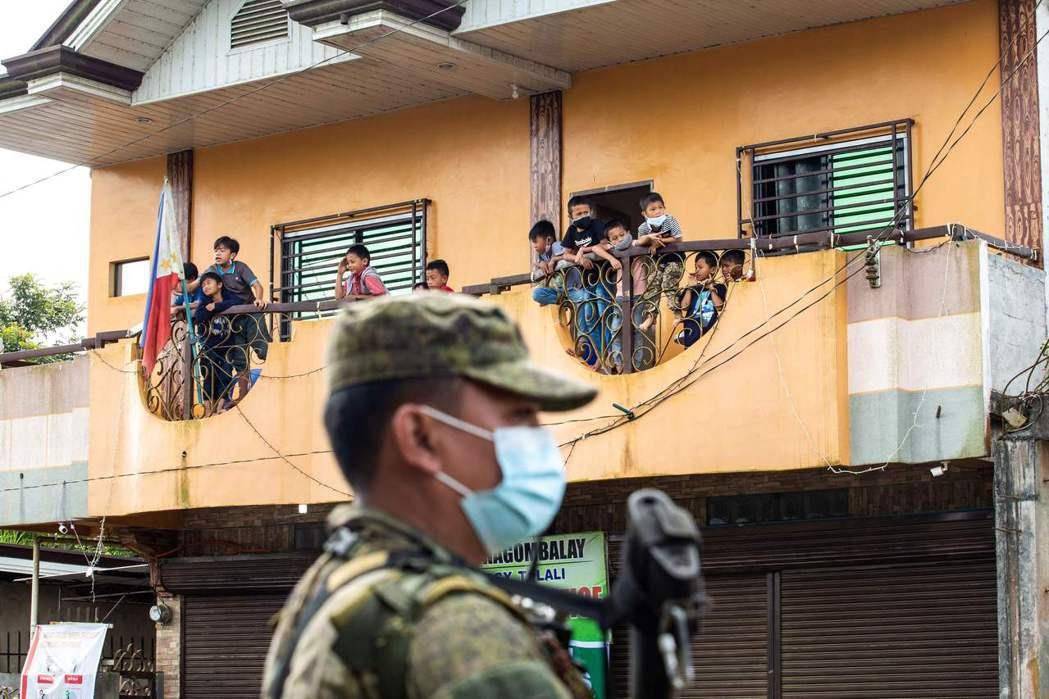 馬拉韋恐怖攻擊事件之後,當地人的返家路途迢迢,且由於當地軍警管制仍相當嚴明,有些...