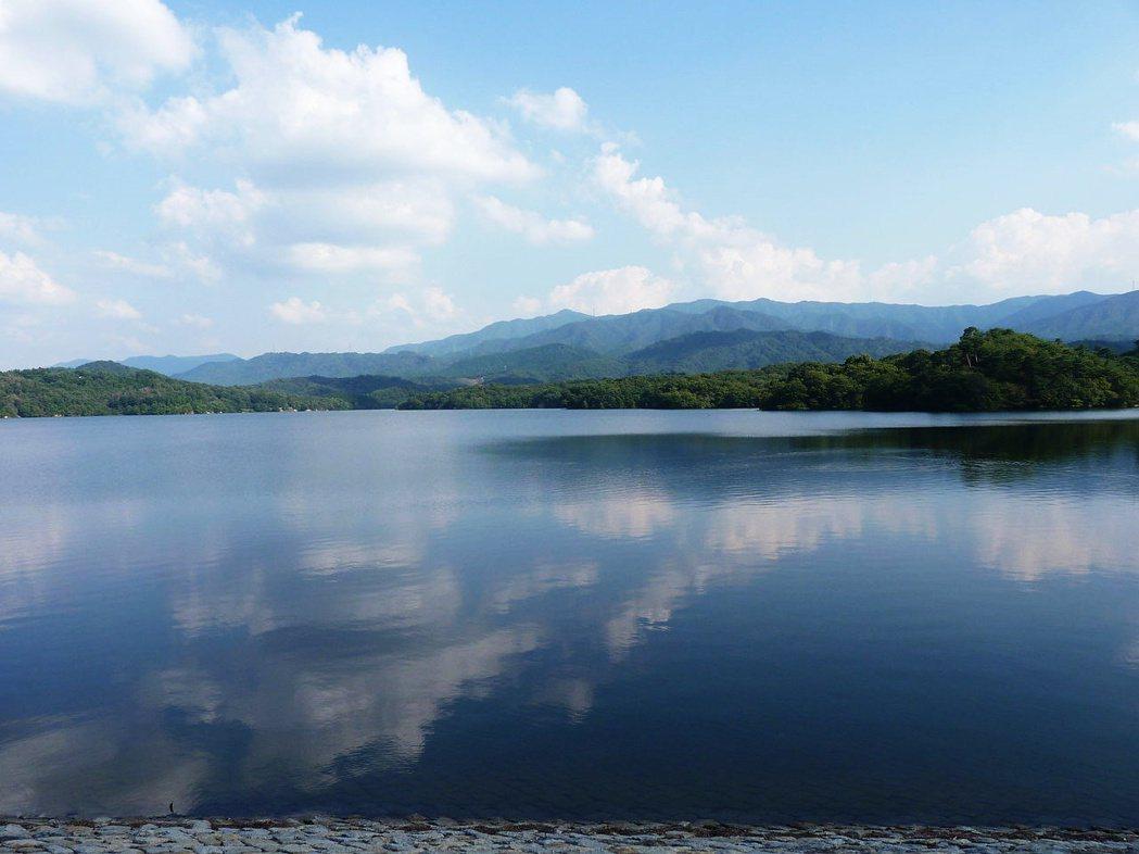 圖/維基共享:香川縣滿濃池,為日本國內最大的蓄水池,建造於日本大寶年間(西元70...