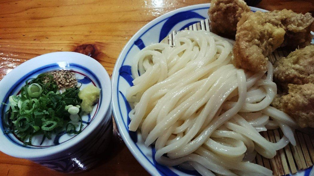竹簍烏龍麵(ざるうどん,zaru udon)麵條煮好後先過冷水,使麵條更具彈性,...