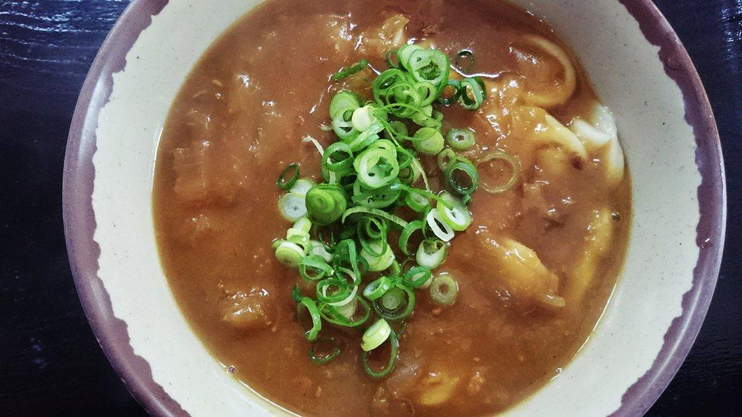 咖哩烏龍麵(カレーうどん,kare udon)將煮好的麵條放入咖哩醬汁中。每家烏...