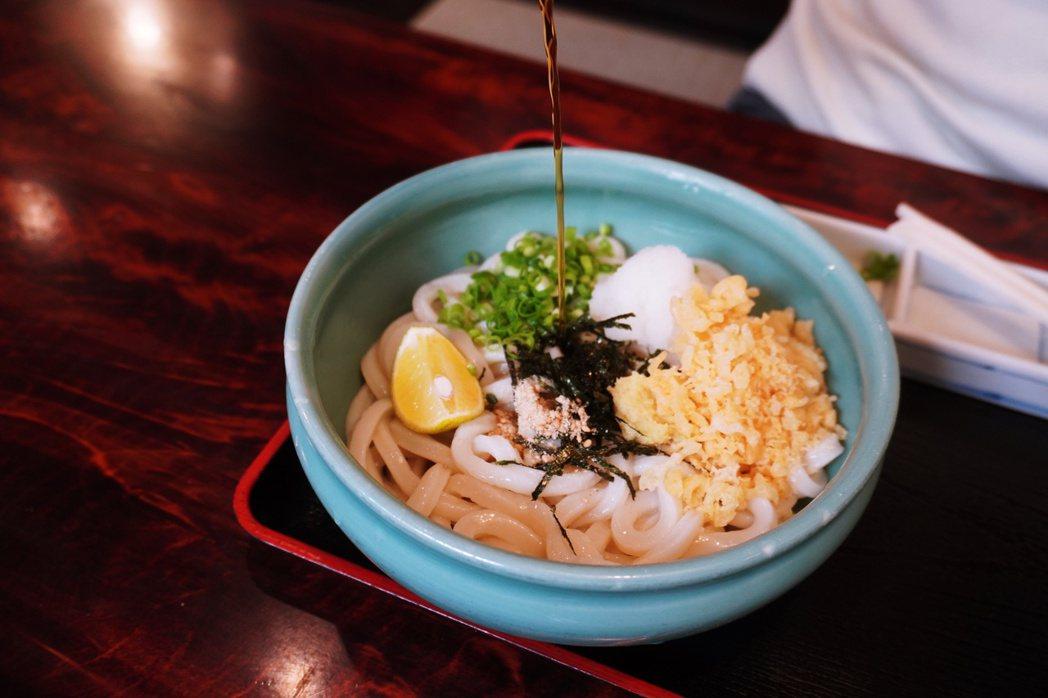濃湯烏龍麵(ぶっかけうどん,bukkake udon)煮好的麵條先過冷水,使麵條...