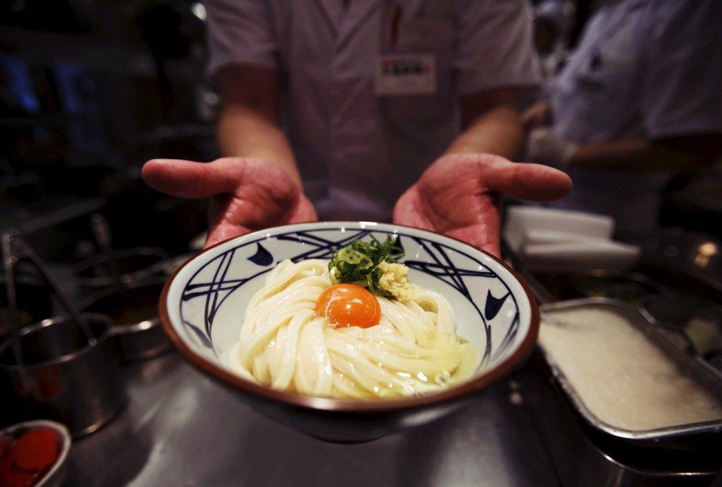 圖/路透社:從麵條到湯汁,製作好吃烏龍麵的材料可說是在唾手可得的距離內一應俱全。