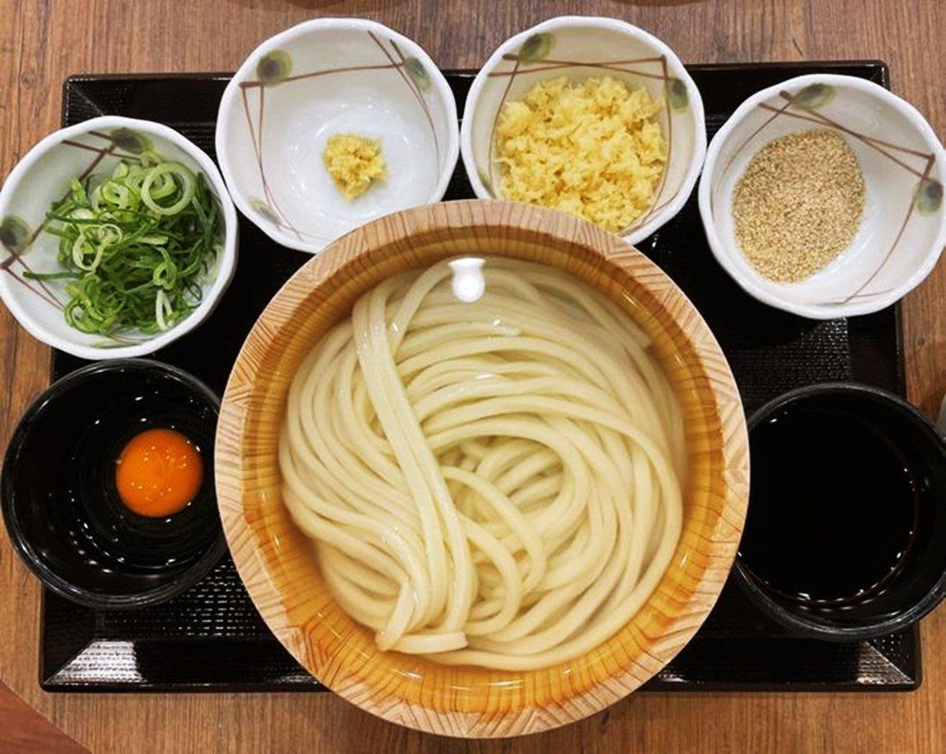 釜揚烏龍麵(釜揚げうどん,kamaage udon)將煮好的烏龍麵與麵湯直接盛到...
