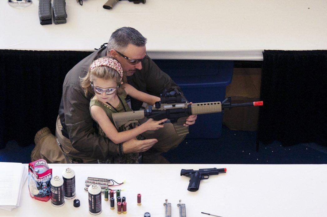 圖為NRA舉辦的「青年愛槍日」活動。 圖/路透社
