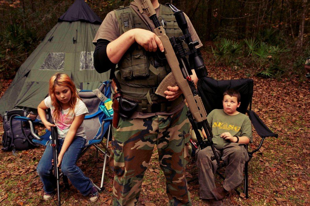 圖為佛羅里達保守派民兵對兒童青少年的生存戰鬥訓練營。 圖/路透社