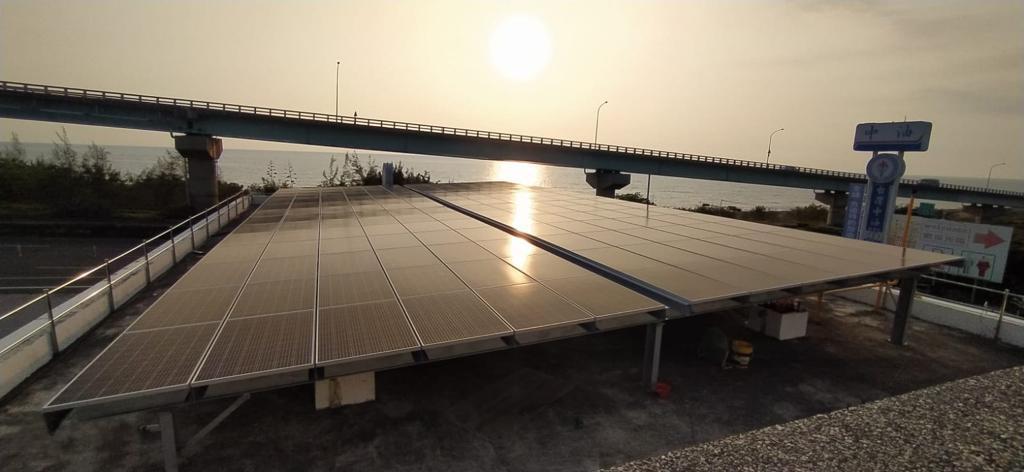 屏東縣楓港鄉北基加油站站體(屋頂型),建置容量55KW。北基國際/提供