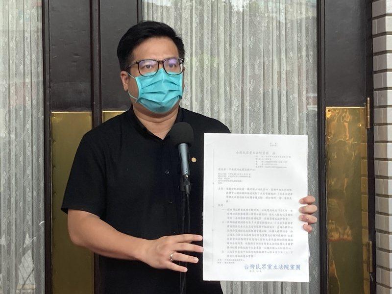 邱臣遠呼籲政府放下其他考量,透過各種管道引入疫苗。(Photo by 林志怡/台灣醒報)