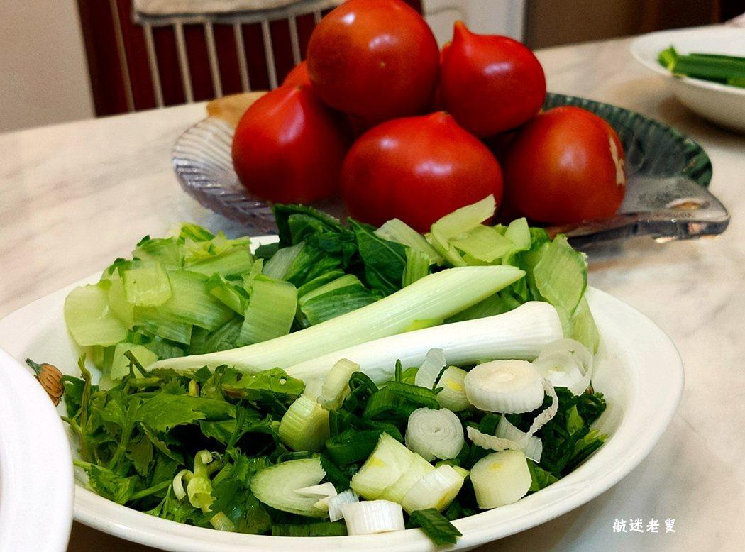 如果喜歡吃香菜,也可以備一小盤香菜末兒。如果喜歡吃蔥,也可以備一小盤香蔥末兒。