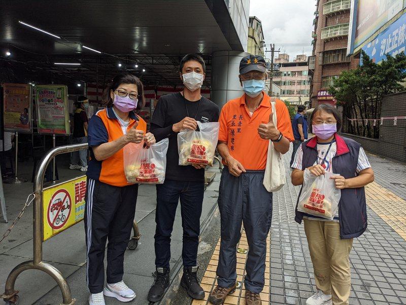 汐止區長青里長陳建興送上暖呼呼的茶葉蛋,為清潔隊員加油打氣。 圖/觀天下有線電視提供