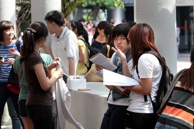 在父母的期許下,現代學生的課業壓力大。圖/聯合報系資料照片