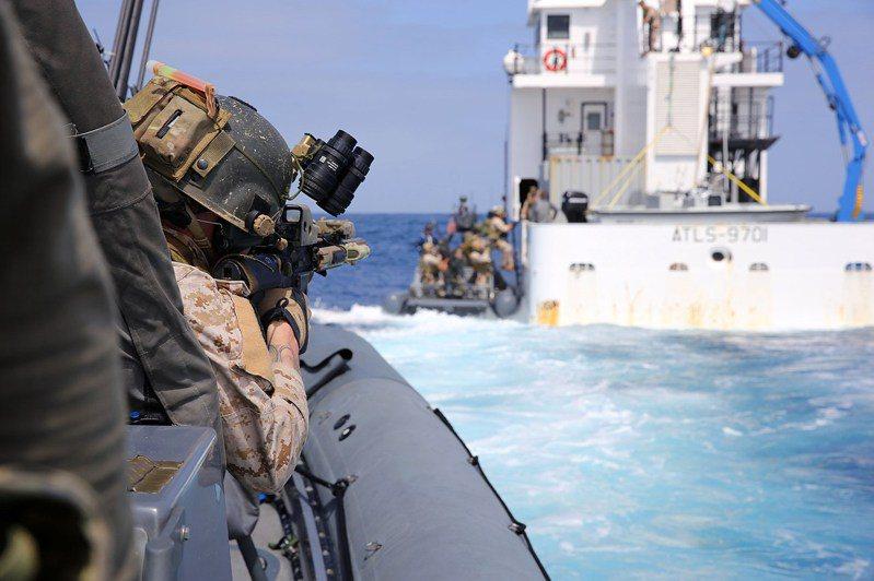 學者認為,美軍將進一步以準軍事顧問方式,協助我軍方對應具備閃電戰能力的共軍入侵。圖為美國海軍陸戰隊特種作戰司令部(MARSOC)訓練實況,該部今年首度派員來台,與我特戰部隊實施「專家交流」。圖/Marine Forces Special Operations Command臉書粉絲專頁
