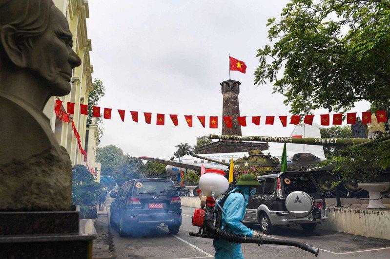 越南官方媒體30日表示,國內人口最多的胡志明市準備在新冠疫情導致社區感染案例急劇增加後,對其所有1300萬居民進行篩檢,以獲得疫情擴散的規模。美聯社