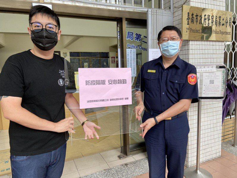 台南市中西區警友會副主任李承恩(左),今天致贈台南市警二分局108塊防疫隔板,讓員警執勤更安心,由分局長許坤田(右)代表接受。圖/台南市警二分局提供