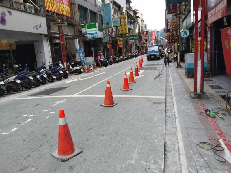 基隆市政府發包刨除義二路的地磚,將改回原先的柏油路面,並先在刨除範圍外緣刨出「一條線」,以利後續施工。記者邱瑞杰/攝影