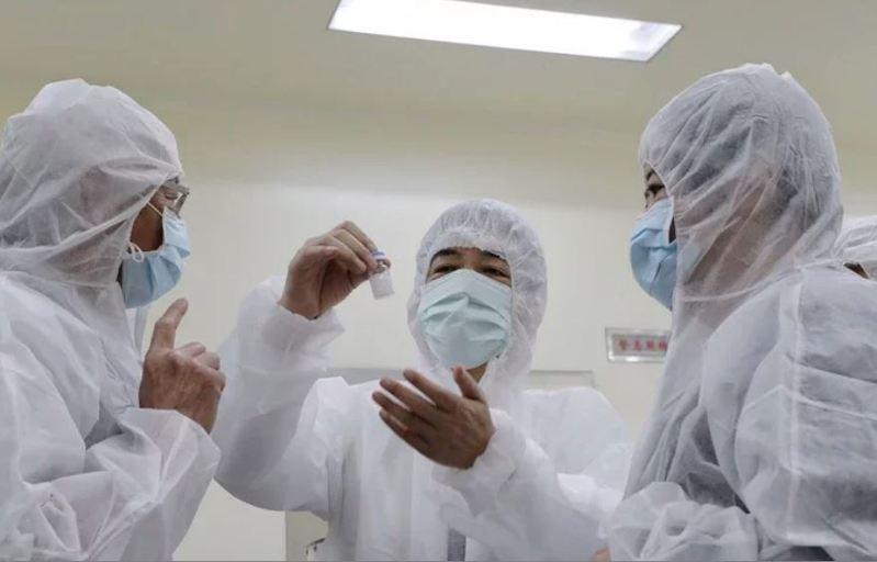 副總統賴清德年初參訪「國光生物科技公司」、「高端疫苗生物製劑公司」及「聯亞生技公司」,關心我國新冠肺炎疫苗研發進度。圖/總統府提供