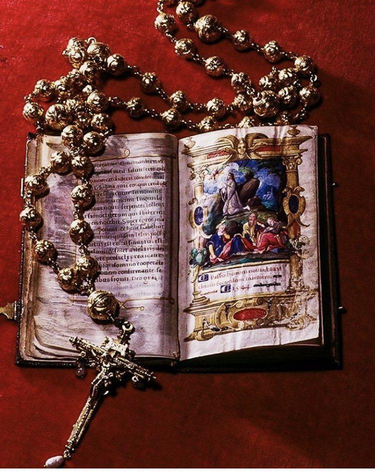 放在城堡展示櫃內的這條金質串珠,連同展示櫃內多件骨董文物被偷。圖/取自IG