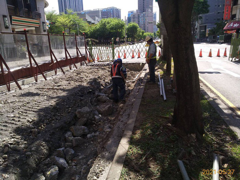 高雄輕軌二階工程大順路段,正在進行老舊箱涵改建等前置工程。圖/高雄市捷運局提供