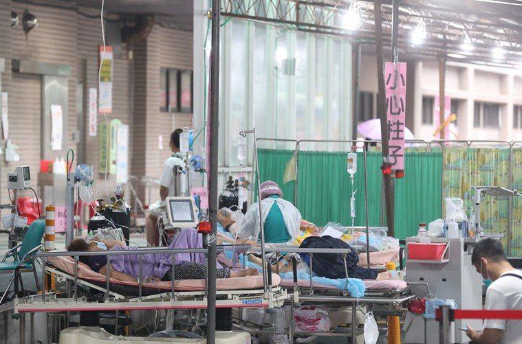 台北醫院表示會在戶外搭建臨時等待區,是因為要等PCR結果出爐,才會進一步為病人安...