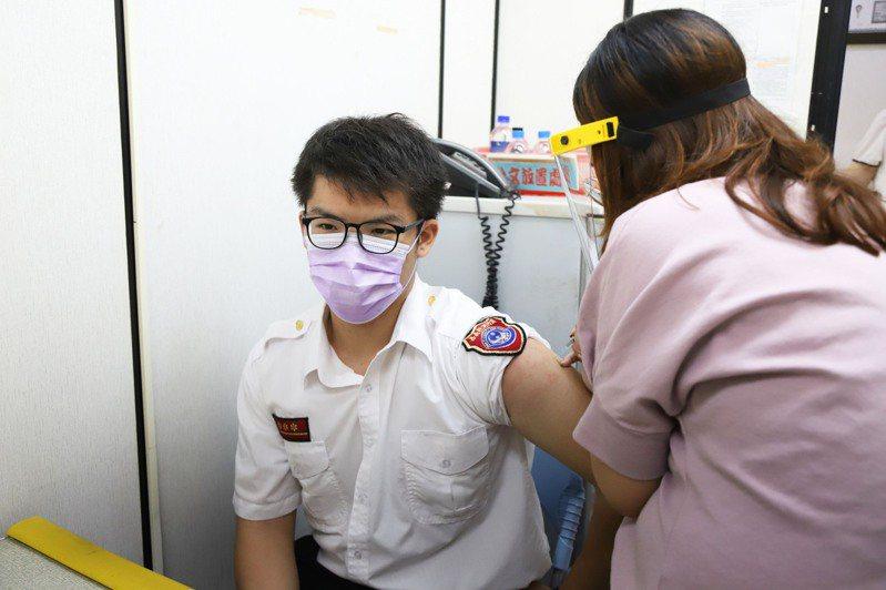 嘉義縣獲中央分配3200劑苗,將開放醫護、警消、環保清消第一線防疫人員優先施打。圖/嘉義縣政府提供