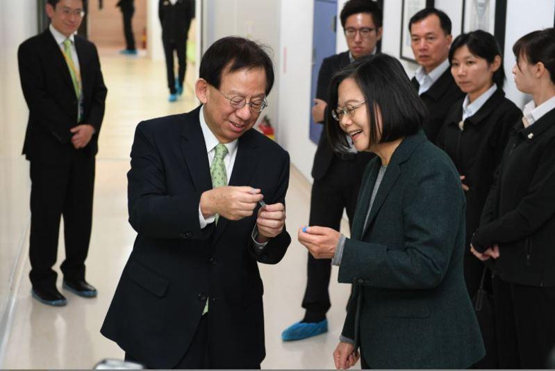 總統蔡英文去年參訪竹北生醫園區內的高端疫苗公司,了解新冠肺炎疫苗狀況。圖/高端疫苗提供