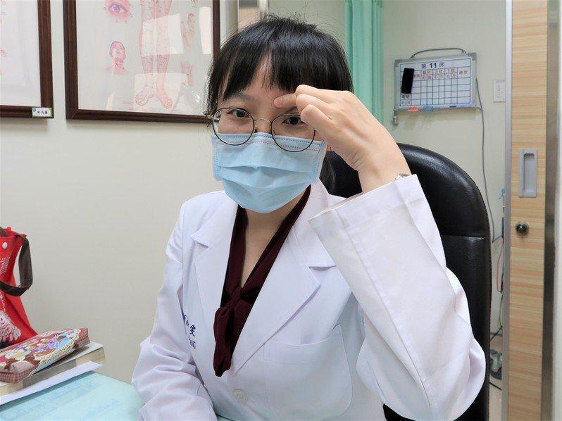 南基醫院中醫科醫師莊凱雯示範按摩眉頭內端凹陷處「攢竹穴」。圖/南基醫院提供
