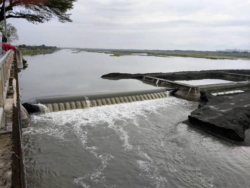 昨日起滯留梅雨鋒面帶來雨勢,高雄甲仙及高屏攔河堰川流量均上升。圖/高雄市水利局提供